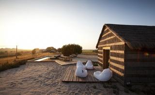 Slama i drvo - osnovni elementi kuća za odmor u naselju kraj rijeke Sado -   Portugal